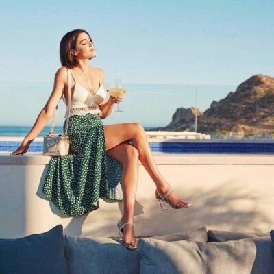 Váy midi chấm bi nhỏ mang đến cảm giác cổ điển, dễ thương, rất hợp với mùa hè