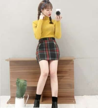 Áo sweater màu vàng + Chân váy kẻ caro