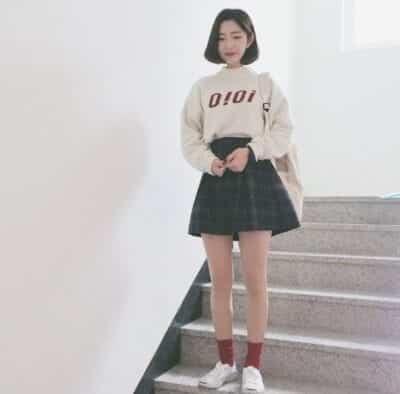 """Bí quyết """"hack tuổi"""" cùng chân váy ngắn caro mix áo nỉ trắng in chữ"""