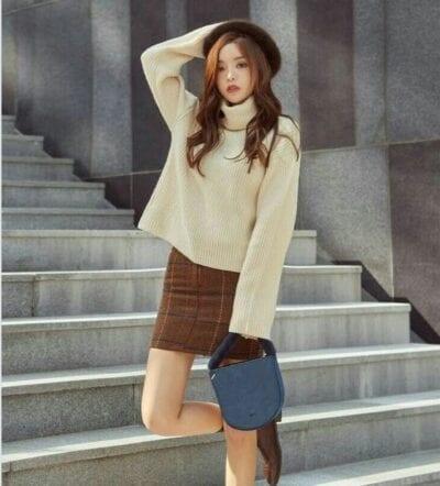 Áo len cao cổ và chân váy kẻ caro