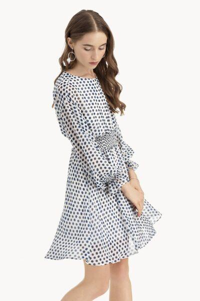 Mẫu đầm chấm bi dễ thương, giản dị với phần tay phồng và nhún eo khiến người mặc thêm phần nữ tính