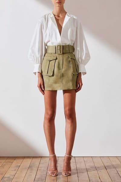 Váy chữ A ngắn sẽ trở thành item cực kỳ thanh lịch nếu nàng khéo léo kết hợp cùng sơ mi và giày cao gót quai ngang