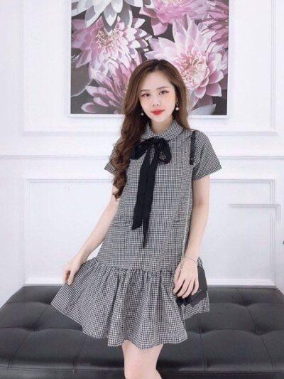 Nếu thích phong cách loli đáng yêu, chiếc đầm caro suông này là để cho bạn