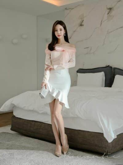 Áo kiểu trễ vai phối chân váy trắng đuôi cá