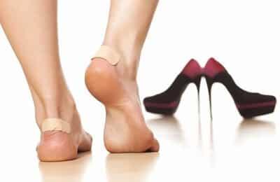 Hoặc nhanh nhất bạn có thể dùng băng dán cá nhân dán ở gót chân để chèn vào giày rộng