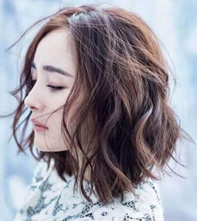 Kiểu tóc xoăn ngắn gợn sóng nhẹ