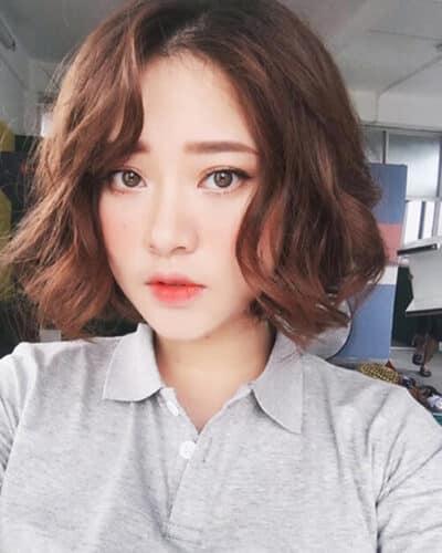 Kiểu tóc xoăn ngắn buộc cao