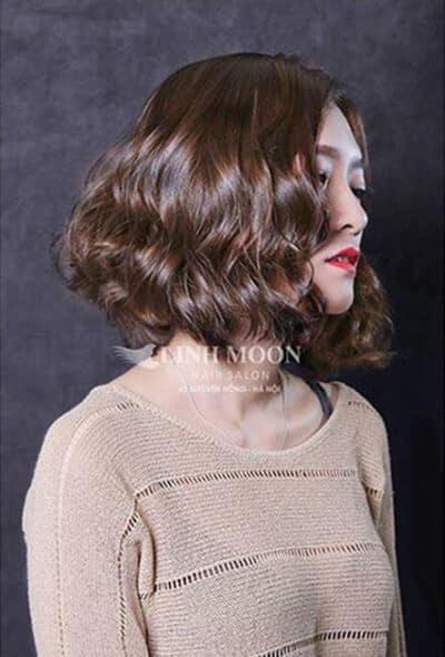 Kiểu tóc xoăn ngắn ngang vai lọn to