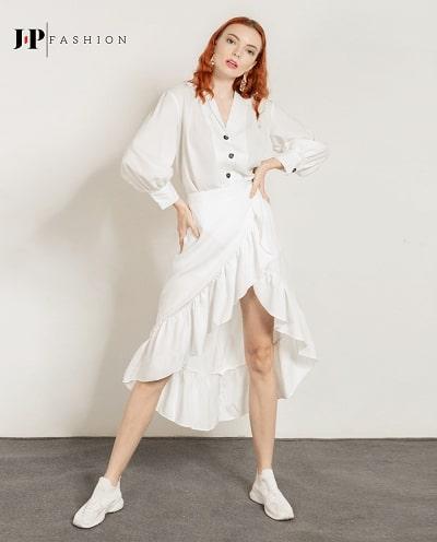 Trẻ trung với set đồ áo sơ mi và chân váy cùng tone trắng
