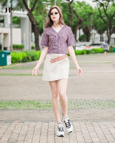 Sơ mi hoạ tiết phối cùng chân váy mang phong cách năng động