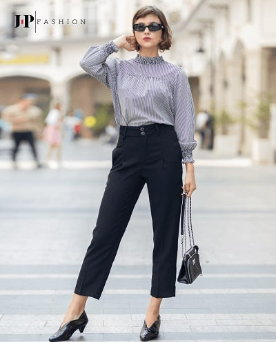 Phong cách quý cô công sở cùng set áo sơ mi sọc và quần kaki