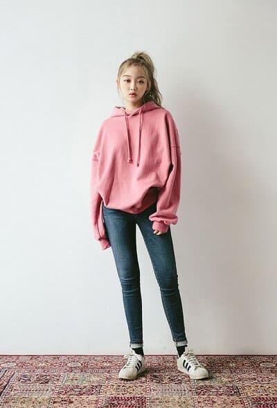 Áo hoodie + Quần jean + Giày bata nữ