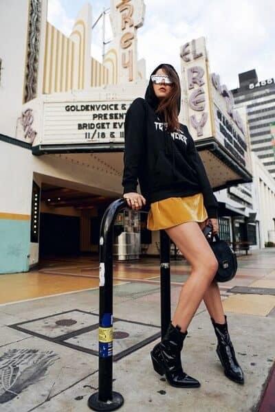Áo hoodie + Chân váy + Giày boot nữ