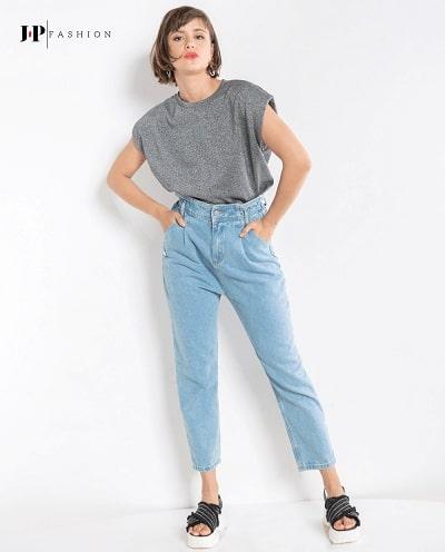 Năng động khi kết hợp cùng chiếc quần jean nữ lưng thun