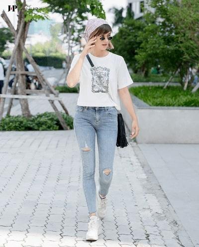 Phong cách trẻ trung khỏe khoắn cùng quần jean nữ rách và áo phông đơn giản