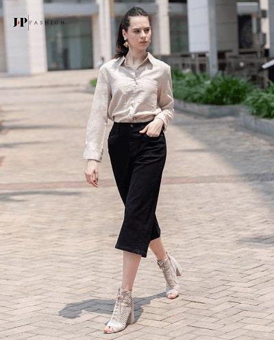 Sơ mi được sơ vin cùng chiếc quần jean ống rộng tạo sự sang trọng cho nàng công sở