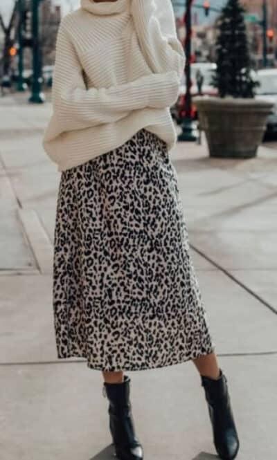 Phối Áo len màu trắng + Chân váy da báo với giày boot nữ cổ cao