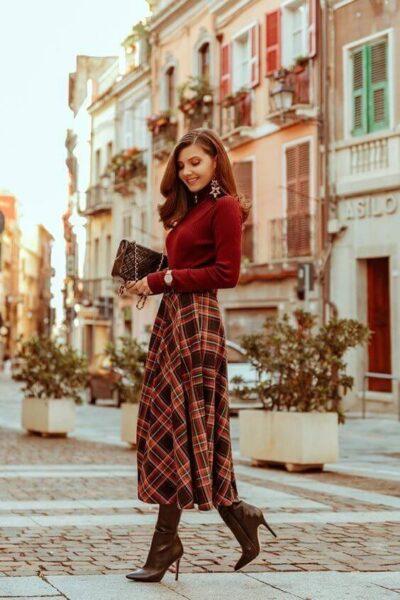 Phối Áo len đỏ + Chân váy kẻ caro đỏ với giày boot nữ cổ cao