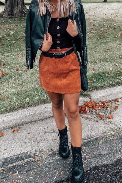 Phối Áo croptop đen + Chân váy màu vàng đồng với giày boot nữ cổ cao