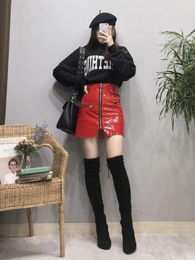 Phối Áo sweater đen có chữ + Chân váy da bóng đỏ có khóa kéo với giày boot nữ cổ cao