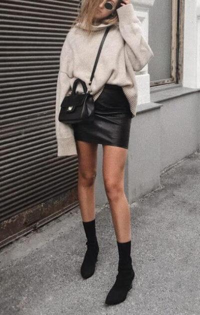 Phối Áo len cao cổ + Chân váy da với giày boot nữ cổ cao