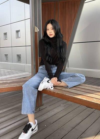 Váy ôm body ngắn và áo khoác jean