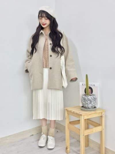 Công thức: Áo len + Váy xếp li dài + Áo khoác dạ