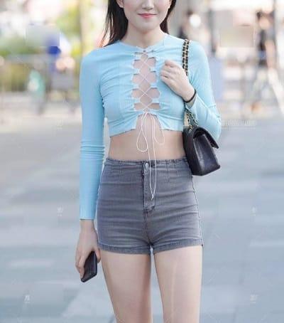 Chị em ngày càng dạng, diện áo đan dây như mắc cửi nơi công cộng
